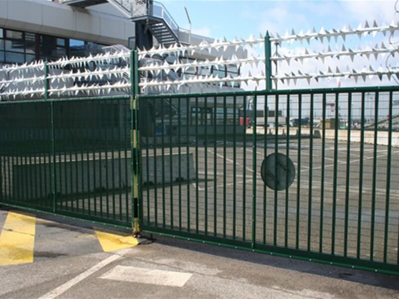 Rota spike topping on double leaf mesh clad gate